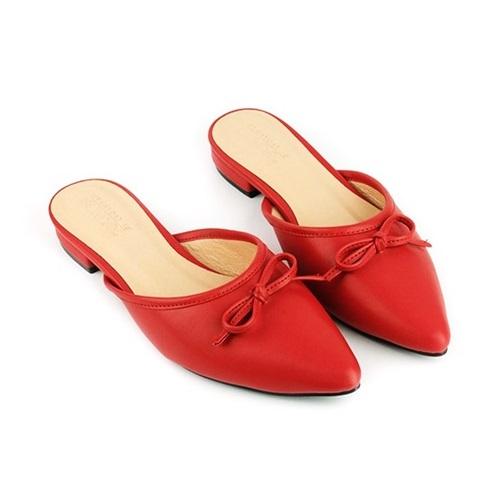 Dép búp bê Sunday BB32 thu hút nhiều cô gái bởi vẻ nữ tính, đế chống trơn trượt và tông màu đỏ dễ phối đồ. Nên thường xuyên vệ sinh giày để luôn bền, mới. Phái nữ có thể nhét giấy vào trong để hút ẩm, tránh dùng các loại giấy có in chữ vì mực có thể lem vào giày. Khi da bị ẩm ướt cần lau khô, để nơi khô thoáng, tránh những tác động của nguồn nhiệt hoặc ánh sáng mặt trời. Sản phẩm đang ưu đãi đến 49%, còn 259.000 đồng (giá gốc 503.000 đồng).