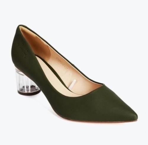 Giày cao gót Pierre Cardin PCWFWSD093GRE cao 6 cm với thiết kế mũi nhọn, gót trụ trong làm tăng vẻ sang trong cho phái nữ. Lớp lót da bên trong đế giày mềm mại, thấm hút mồ hôi tốt, giúp chị em thoải mái trong từng bước chân. Sản phẩm đang ưu đãi đến 50%, còn 890.000 đồng (giá gốc 1,79 triệu đồng).