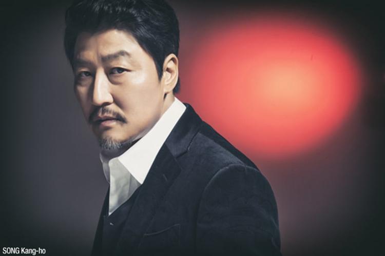 Tài tử gạo cội Song Kang Ho dẫn đầu danh sách với gần 30% người bình chọn. Năm nay, anh được truyền thông khắp thế giới nhắc đến nhiều với vai diễn trong Parasite (Ký sinh trùng) - phim đoạt Cành Cọ Vàng tại Liên hoan phim Cannes. Tác phẩm còn được giới chuyên môn đánh giá là ứng viên nặng ký cho giải Phim quốc tế, giải Oscar 2020. Ngoài Ký sinh trùng, năm nay, tài tử 52 tuổi ra mắt The King, Letters.