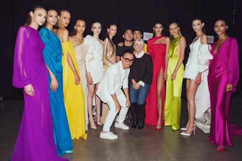 Công Trí, stylist Kate Young (đứng giữa) và dàn mẫu chụp ảnh kỷ niệm trong hậu trường show diễn Xuân Hè 2020 ở Mỹ. Ảnh: CT.