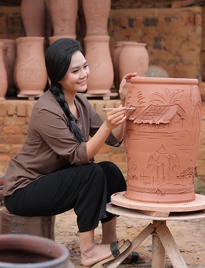 Nguyệt Anh lần đầu vẽ gốm trong MV. Ảnh: Hòa Nguyễn.