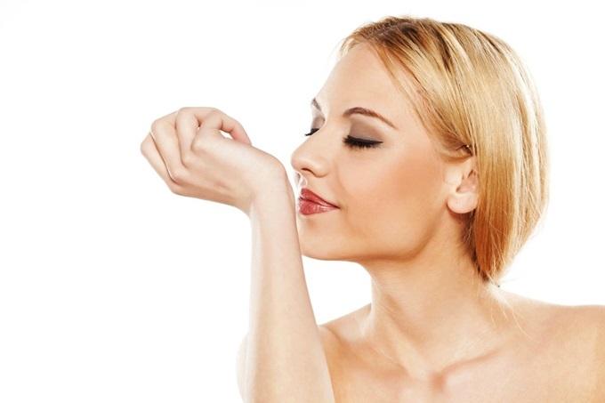 Tương tự trang phục, phụ kiện và kiểu make-up, mùi hương là một trong những yếu tố giúp phái nữ định hình phong cách cá nhân. Tuy nhiên, vẫn có nhiều người lầm tưởng dùng nước hoa là để che lấp mùi cơ thể. Theo các nhà bào chế nước hoa Pháp, mỗi mùi hương mang giá trị riêng về cảm xúc, tinh thần và nghệ thuật. Nên xịt nước hoa sau gáy, cổ tay, khuỷu tay... Đây là nơi mạch đập mạnh, giúp mùi hương tỏa nhiều hơn.