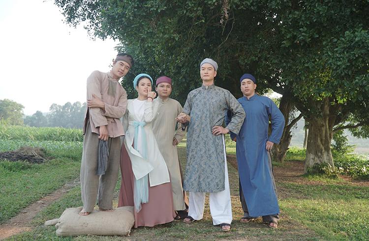 Trọng Lân (thứ hai từ phải qua) vào vai cậu Dần trong Giấc mộng quan trường. Ảnh ĐPGMQT: