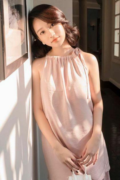 Diễn viên 21 tuổiưu ái váy áo gam màu sáng như trắng, hồng..., thiết kế thanh lịch.