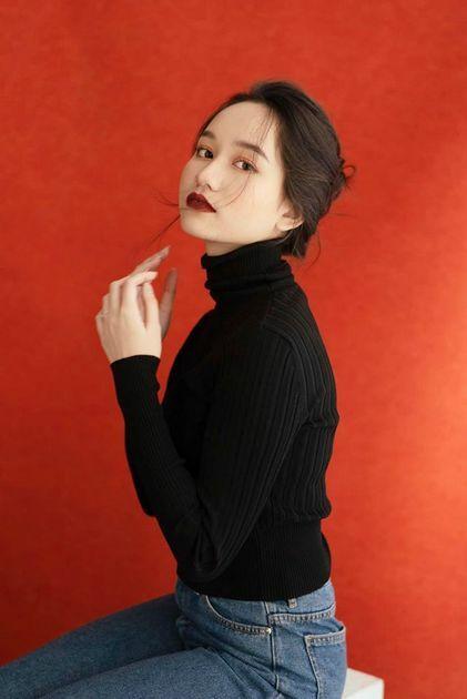 Cô được khen ngợi về nhan sắc khi đổi màu son đỏ đậm.