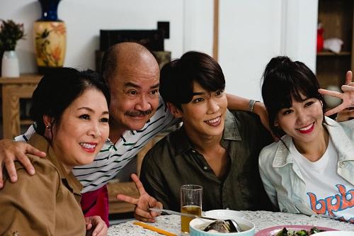 Từ trái sang: Hồng Vân, Hoàng Sơn, Park Jung-min và Hari Won trên phim trường.