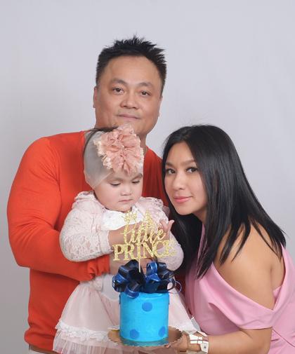 Y Phụng bên chồng và con gái. Ảnh: Y.P.