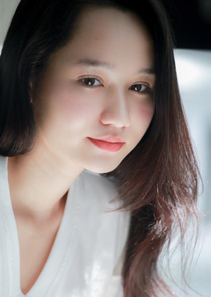 Cô có đôi mắt to tròn, gương mặt ngây thơ tương đồng với nhân vật HàLan trong truyện Mắt biếc của nhà văn Nguyễn Nhật Ánh. Ảnh: Nick M.