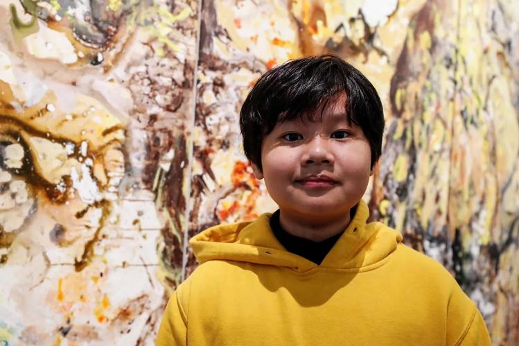 Xèo Chu trước bức tranh chưa được đặt tên bán với giá 150.000 USD trong triển lãm tại George Berges Gallery (Manhattan, New York, Mỹ) diễn ra từ 19/12/2019 đến 2/1/2020.
