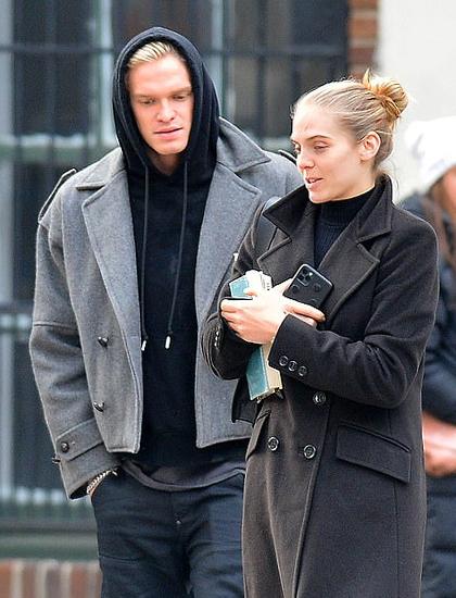 Cody Simpson và Jordy Murray (phải) dạo phố tại New York hôm 21/12. Ảnh: Image Direct.