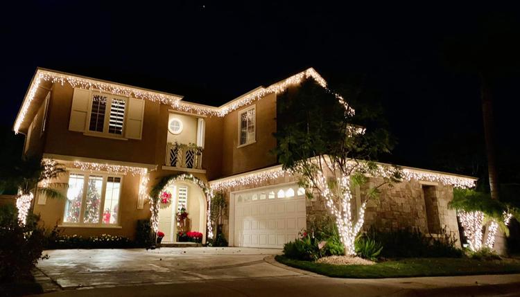 Ca sĩ trang trí dàn đèn bên ngoài để ngôi nhà rực rỡ hơn khi về đêm.
