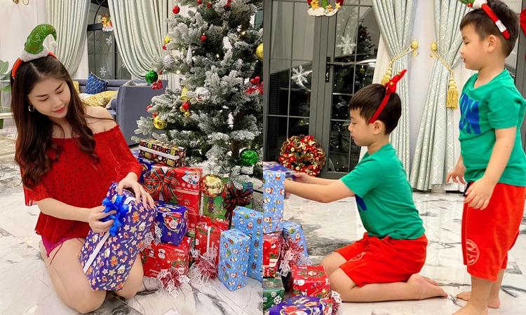 Hai con trai của ca sĩ cùng mẹ lắp cây thông, treo quả cầu nhiều màu sắc và để những hộp quà dưới gốc cây. Phần ngoại thất cũng được ca sĩ Đăng Khôi chăm chút với những cây thông nhỏ và gắn dàn đèn.