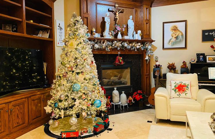 Hồng Ngọc cho biết cô cùng bố chồng thực hiện toàn bộ các khâu từ chọn lựa, sắp xếp đồ sao cho không gian thật ấm cúng. Chồng cô có nhiệm vụ mua đèn và thang leo. Chúng tôi theo đạo Thiên Chúa nên dịp lễ Giáng sinh rất quan trọng và ý nghĩa đối với gia đình, ca sĩ nói.