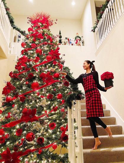 Phạm Hươngđón Giáng sinh ở Mỹ. Trên Instagram, hoa hậu chia sẻhình ảnh cô tự tay trang trí cây thông ở cạnh cầu thang.Cây thông này cao hơn 4m. Cô cho biết ở góc phòng khách, cô để cây thông tông màu trắng.