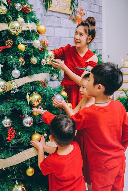 Trên trang cá nhân, Minh Hà chia sẻ khoảnh khắc quây quần bên bốncon, trang trí Noel với cây thông, ông già tuyết, những hộp quà lớn... Minh Hà cho biết, chồng cô - Lý Hải - đang bận rộn cùng đoàn phim Lật mặt 4 ở miền Tây nên một mình cô lên ý tưởng cho ngôi nhà.