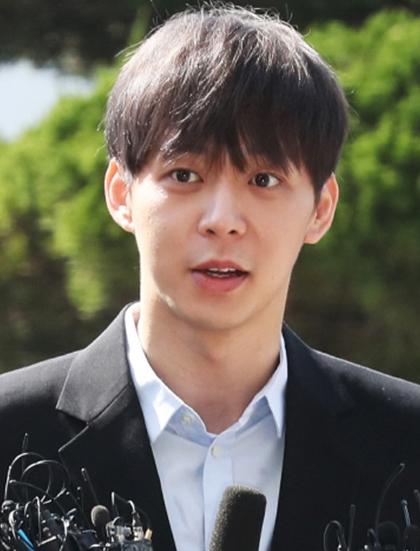 Ngày 24/4, Park Yoochun tuyên bố giải nghệ sau khi công ty quản lý C-Jes Entertainment thông báo chấm dứt hợp đồng độc quyền vì thái độ thiếu trung thực của anh trong bê bối sử dụng ma túy. Giới chức Hàn Quốc công bố Yoochun dương tính với Philopon (một dạng ma túy đá) dù trước đó anh nhiều lần khẳng định chưa từng sử dụng chất cấm, nghi ngờ kết quả xét nghiệm. Sau khi bị bắt, ca sĩ thừa nhận nói dối vì sợ hãi phơi bày bản thân, không muốn mất đi những gì đang có.Yoochun sau đó bị tòa tuyên phạt 10 tháng tù giam nhưng cho hưởng án treo hai năm.Yoo Chun sinh năm 1986, từng là thành viên nhóm nhạc đình đám TVXQ. Sau đó, anh cùng Jaejoong và Junsu tách riêng để lập nhóm JYJ. Ngoài ca hát, Park Yoo Chun lưu dấu ấn qua các phim Chuyện tình Sungkyunkwan, Hoàng tử gác mái, Three Days...