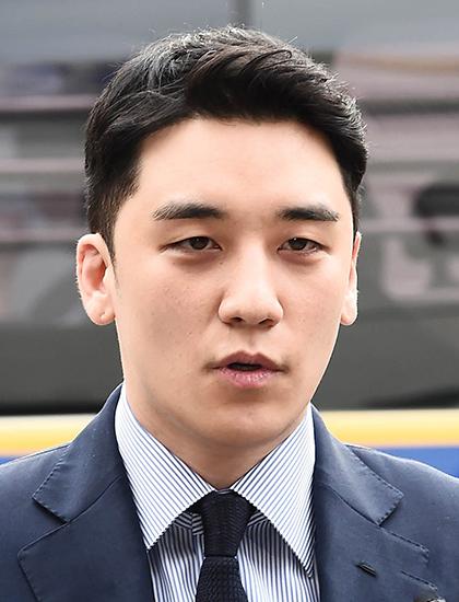 Ngày 11/3, Seungri thông báo trên trang cá nhân sẽ rút khỏi làng giải trí sau 13 năm hoạt động. Ca sĩ bị giới chức Hàn Quốc liệt vào danh sách nghi phạm môi giới bán dâm. Ngoài ra, anhvướng hàng loạt bê bối khác như bị nghi trốn thuế, tổ chức tiệc thác loạn, đánh bạc, góp mặt trong phòng chat tình dục của Jung Joon Young. Burning Sun - hộp đêm anh góp vốn đầu tư - còn bị điều tra tàng trữ, cung cấp ma túy cho khách hàng.Seungri sinh năm 1990, là ca sĩ, diễn viên, nhà sản xuất âm nhạc kiêm doanh nhân. Anh gia nhập làng giải trí năm 2006 với vai trò thành viên nhóm Big Bang. Đây là một trong những nhóm nhạc hàng đầu Kpop với loạt bản hit như Haru Haru, Bang Bang Bang, Last Dance, Fxxk It...Seungri từng góp mặt trong một số phim như Ánh sáng và bóng tối, Đôi mắt thiên thần, Love Only, Beethovens Virus... Ảnh: Yonhap.