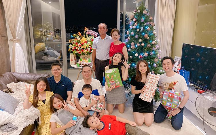 Dương Khắc Linh mừng Giáng sinh cùng gia đình vợ - ca sĩ Sara Lưu - tại TP HCM. Cả nhà nhạc sĩ tổ chức nấu nướng ăn tiệc cũng như tặng quà, dành những lời chúc tốt đẹp cho nhau.