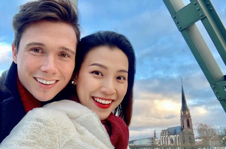 Vợ chồng MC Hoàng Oanh đi nghỉ dưỡng ở châu Âu nhân dịp mùa lễ hội cuối năm. Cả hai tranh thủ hưởng tuần trăng mật sau đám cưới hồi đầu tháng. Ảnh: H.A.
