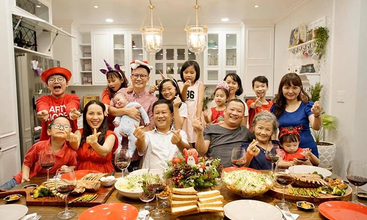 Năm nay gia đình anh trai ca sĩ Hoàng Bách từ châu Âu về Việt Nam vì vậy anh tổ chức tiệc đón Noel tại nhà cho ấm cúng. Cả gia đình hân hoan và vui vẻ khi được đón một mùa lễ hội an lành, tưng bừng, Hoàng Bách nói. Ảnh: H.B