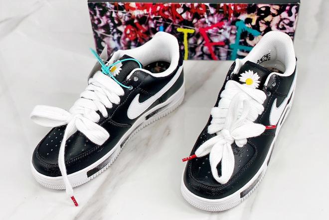 Tổng cộng có ba phiên bản giày hoa cúc. Logo màu trắng là phiên bản được phát hành toàn cầu, màu đỏ chỉ người có hộ khẩu, số điện thoại Hàn Quốc mới mua được và bán ra theo hình thức bốc thăm may mắn. Cuối cùng là phiên bản màu vàng chỉ dành cho gia đình và bạn thân của G-Dragon. Sau khi ra mắt ngày 23/11, mẫu giày liên tục cháy hàng trên khắp thế giới.