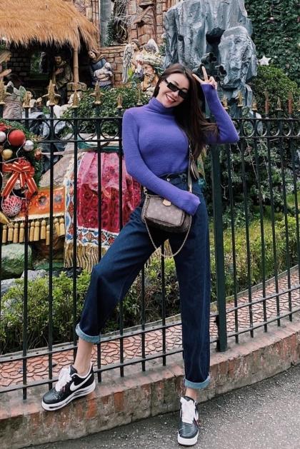 Trà Ngọc Hằng khoe giày mới trong chuyến đi chơi Hà Nội cách đây vài ngày. Bà mẹ một con kết hợp vói áo len và quần jeans xắn ống theo style năng động. Ảnh: T.H.