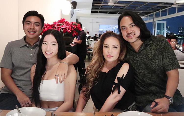 Trêntrang cá nhân, ca sĩ Thanh Hà (thứ hai từ phải sang)chia sẻ hình ảnh đi chơi Giáng sinhcùng con gái và hai bố con của người yêu - Roland (phải). Con gái của nữ ca sĩ được chú ý vì vẻ ngoài xinh đẹp, gợi cảm. Lần đầu tiên cả nhà ca sĩ đón Noel tại Việt Nam.