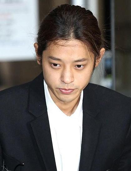 Khuya 12/3, Jung Joon Young thông báo giải nghệsau khi trở về Hàn Quốc vào chiều cùng ngày để điều tra về hành vi quay lén, phát tán văn hóa phẩm đồi trụy. Tôi sẽ dành cả cuộc đời để nhìn lại những hành động phi đạo đức, tội ác phi pháp của mình, anh viết. Ngày 29/11, tòa án ở Seoul, Hàn Quốc tuyên phạt Jung Joon Young sáu năm tù vì cưỡng dâm tập thể, quay và phát tán hình ảnh đồi trụy. Anh còn phải hoàn thành 80 giờ khóa học về bạo lực tình dục. Tòa quy định trong vòng 5 năm sau khi ra tù, ca sĩ không được phép làm việc liên quan trẻ em, thanh thiếu niên.Jung Joon Young 30 tuổi, từng được đánh giá là nghệ sĩ đa tài Hàn Quốc khi có thể sáng tác, làm DJ, chơi piano, violon, đóng phim, ứng biến linh hoạt trong show thực tế, có đai đen Taekwondo. Jung Joon Young từng góp mặt trong các show truyền hình Superstar K4, Hai ngày một đêm...