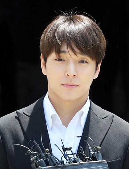 Ngày 14/3, thông qua công ty quản lý FNC Entertainment, Choi Jong Hoon thông báo rời nhóm F.T.Island đồng thời rút khỏi ngành giải trí vì liên quan đến bê bối tình dục, môi giới mại dâm trong nhóm chat của Jung Joon Young. Ngoài ra, ca sĩ còn từng bị bắt vì say rượu lái xe gây tai nạn năm 2016. Tuy nhiên, anh thoát tội nhờ hối lộ cảnh sát. Choi Jong Hoon sau đó bị tòa án ở Seoul, Hàn Quốc tuyên phạt 5 năm tù và 80 giờ khóa học về bạo lực tình dục.Choi Jong Hoon sinh năm 1990, ra mắt năm 2007 với tư cách là trưởng nhóm kiêm thành viên chơi guitar của F.T. Island.