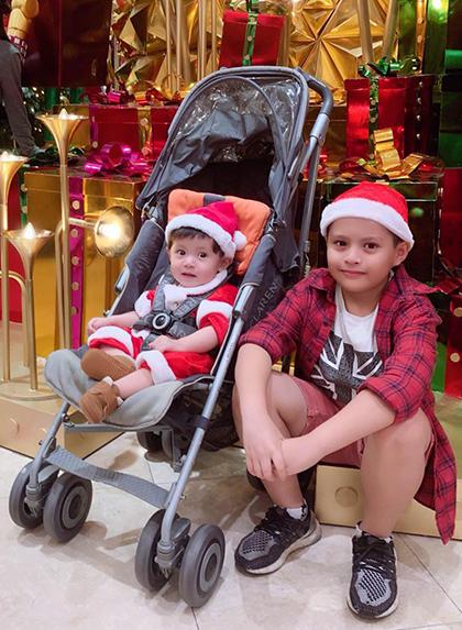 Diễn viên Thanh Thúy đưa hai con trai - bé Cà Phê (phải) và Tết dạo phố trong đêm Giáng sinh.