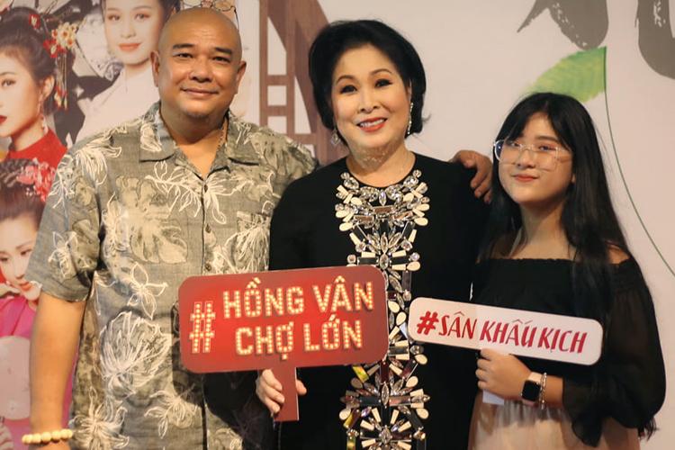 Hồng Vân được chồng - diễn viên Lê Tuấn Anh - và con gái ủng hộ ra mắt sân khấu mới hôm 21/12. Ảnh: K.H.