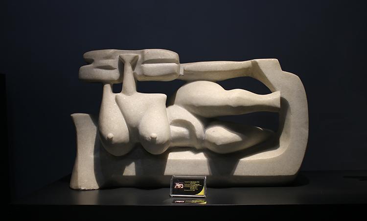 Tác phẩm Thiếu nữ khỏa thân, chất liệu đá trắng, sáng tácnăm 2003.