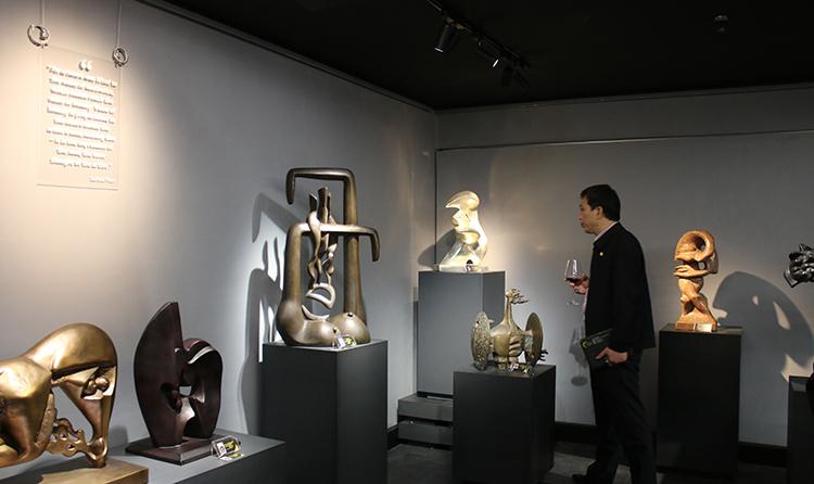 Nhiều tác phẩm là tiêu bản của bức tượng được trưng bày tại nhiều bảo tàng trên cả nước.