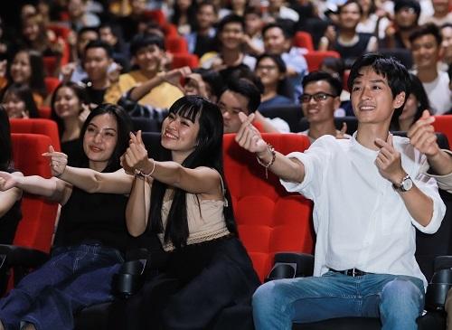 Từ trái sang, hàng đầu: các diễn viên Thảo Tâm (vai Hồng), Khánh Vân (vai Trà Long) và Trần Nghĩa (vai Ngạn) ở một buổi giao lưu với fan tại TP HCM. Ảnh: Galaxy.