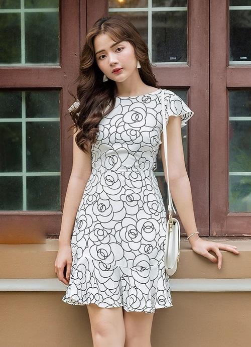 Đầm hoa 3D tay cánh tiên AD190108 lọt top bán chạy trên Shop VnExpress, với chất liệu đũi, điểm nhấn là lớp hoa hồng đen trên nền trắng. Có thể kết hợp với mũ rộng vành, sandal đế bằng khi đi du lịch. Thiết kế có giá 420.000 đồng.