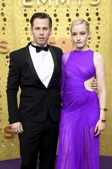 Julia Garner và Mark Foster (phải) tại lễ trao giải Emmy hồi tháng 9. Ảnh: AFP.