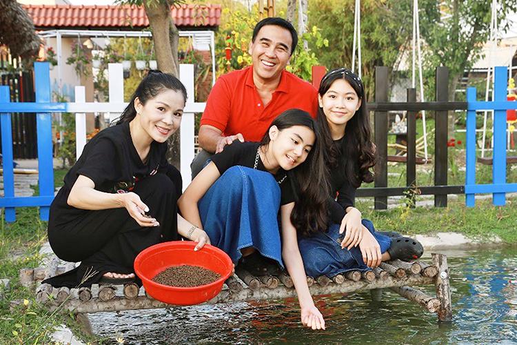 Vợ chồng Quyền Linh bên hai con gái tại phim trường em trai. Ảnh: Duy England.
