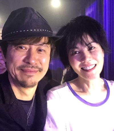 Vương Phi (trái) tại buổi tiệc. Ảnh: Weibo.