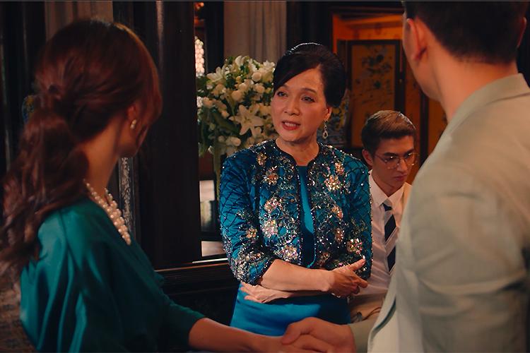 Nhân vật Thái Tuyết Mai (giữa) trong cảnh phản đối chuyện yêu đương của con trai với Ms. Q. Ảnh: Mar6.