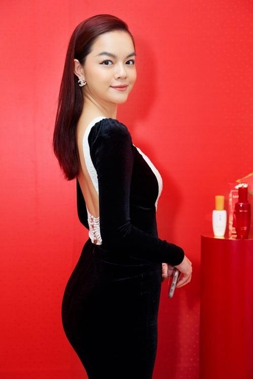 Phạm Quỳnh Anh diện váy nhung khoét lưng, tôn đường cong. Nhiều khách mời khen cô có làn da sáng, khỏe đẹp.
