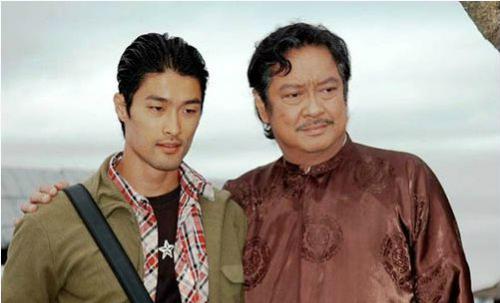 Chánh Tín (phải) và Johnny Trí Nguyễn trong Dòng máu anh hùng (2007). Ảnh: hãng phim Chánh Phương.