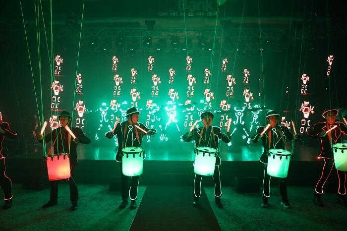 Bên cạnh hai nghệ sĩ tên tuổi, chương trình còn góp mặt các màn biểu diễn khác. Mở màn buổi lễ là bài nhảy hiện đại, tận dụng hiệu ứng đèn LED và tia laser để tạo sự sôi động.
