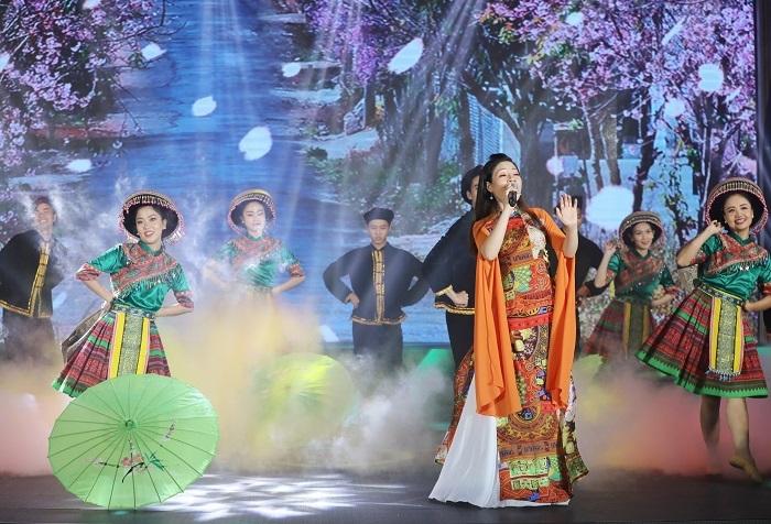 Cán bộ nhân viên HDBank Bắc Giang trình diễn ca khúc Em đi làm tín dụng. Màn hình chiếu cảnh sắc thiên nhiên miền Bắc, trong khi các vũ công diện trang phục vùng cao.