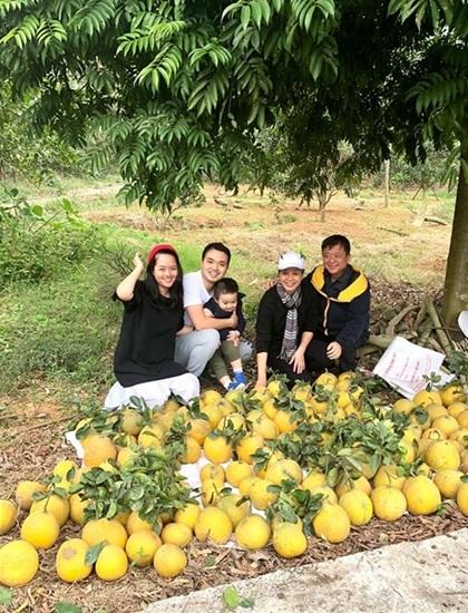 Chiều Xuân cùng chồng (phải) và gia đìnhcon gái lớn thích thú khithu hoạch hoa quả và hưởng thụ bầu không khí trong lành trong khu vườn. Ảnh: C.X.
