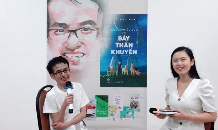 Lê Hữu Nam (trái)tại buổi ra mắt sách. Ảnh:Kha Miên.