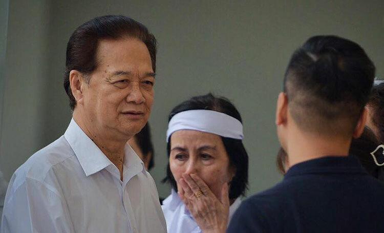 Nguyên thủ tướng Nguyễn Tấn Dũng đến viếng cố nghệ sĩ Nguyễn Chánh Tín. Ảnh: Lá Xanh.