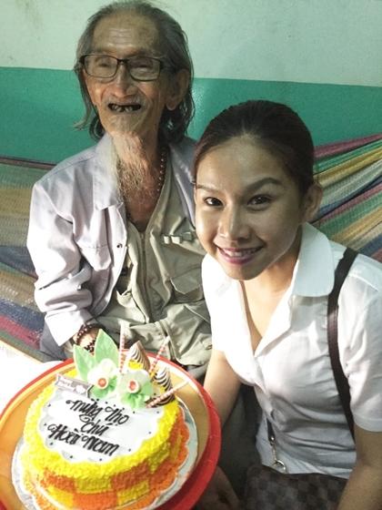 Nghệ sĩ Bình Tinh vào Viện dưỡng lão chúc thọ họa sĩ Hoài Nam.