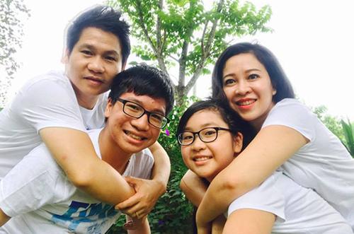 Vợ chồng Trọng Tấn bên con trai Tấn Đạt (16 tuổi) và con gái Thảo Nguyên (14 tuổi). Ảnh: TT.