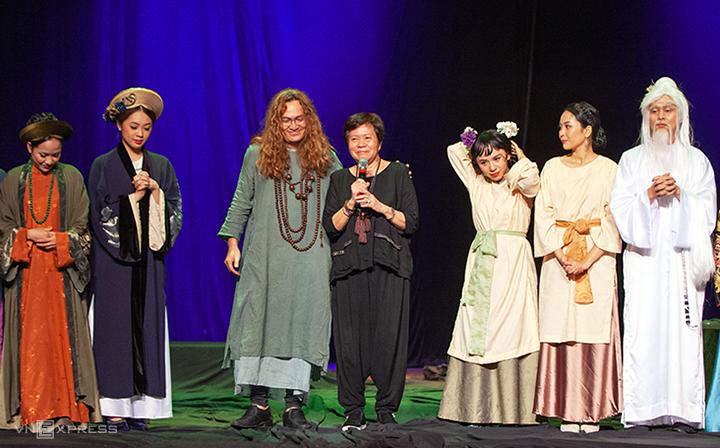 Đạo diễn Việt Linh (áo đen, cầm micro) và ê kip Tấm và Hoàng hậu ở Nhà hát TP HCM. Ảnh:VL.