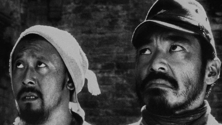 2000 được giới chuyên môn đánh giá là năm phồn thịnh của điện ảnh, khi có nhiều tác phẩm chất lượng. Devils on the Doorstep do Khương Văn đạo diễn kiêm đóng chính xếp thứ ba danh sách. Phim hình thức đen trắng, thể loại hài, chiến tranh, lấy bối cảnh Thế chiến thứ hai, với sự tham gia của các diễn viên Nhật Bản như Teruyuki Kagawa, Kenya Sawada... Khi thực hiện tác phẩm, nhiều đồng nghiệp khuyên Khương Văn không nên làm phim đen trắng vì trình độ kỹ thuật còn non nớt, thiết bị không đầy đủ song đạo diễn kiên định ý tưởng của mình. Phim đoạt Giải thưởng lớn của hội đồng giám khảo LHP Cannes 2000.